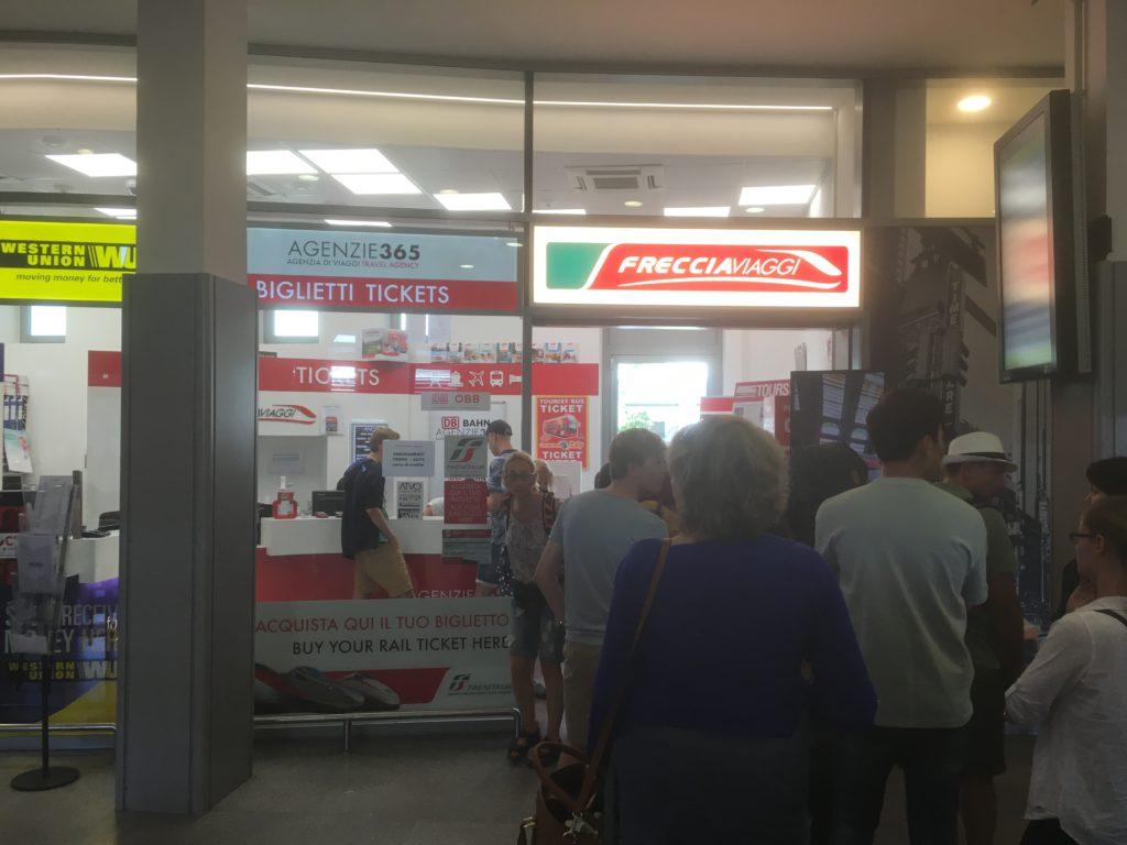 Warteschlange am Bahnhof Mestre