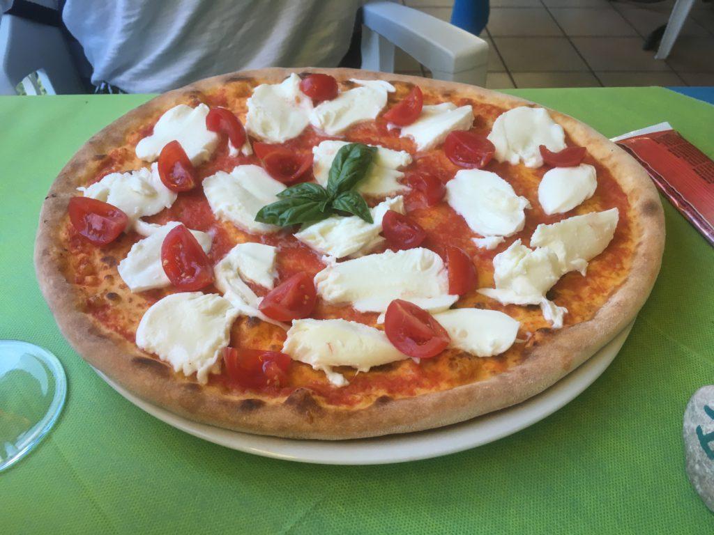 Italienische Pizza am Gardasee in Italien