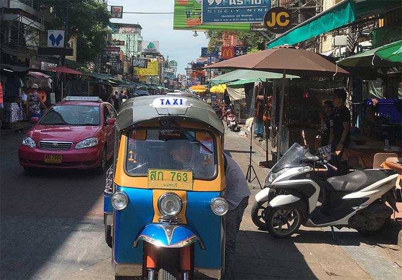 Tuk Tuk und ein Taxi in Bangkok - Khaosan Road