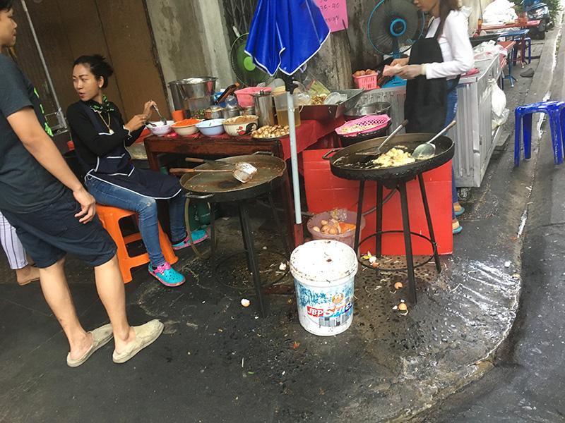 Dreckige Garküche in Bangkok