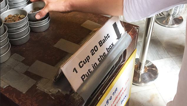 Wat Pho - Münzen für Spenden