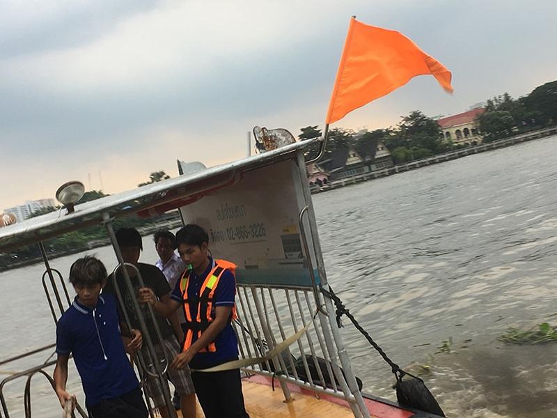 Orange Fahne vom Wassertaxi