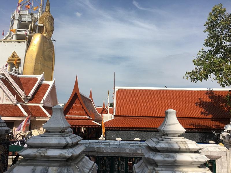Bangkok - Stehender Buddha im Wat Intharawihan Tempel