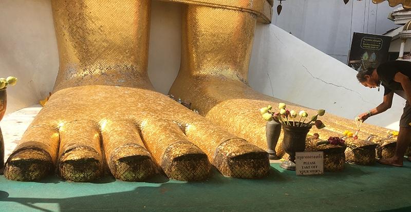 Füße vom stehenden Buddha