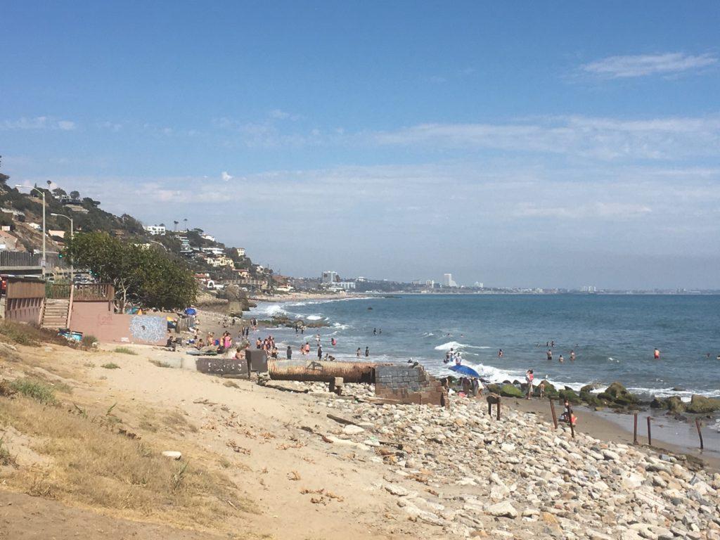 Abflussrohr am Strand von L.A