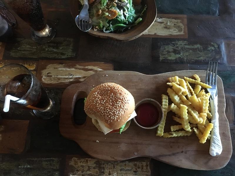 Burger und Pommes auf Bali