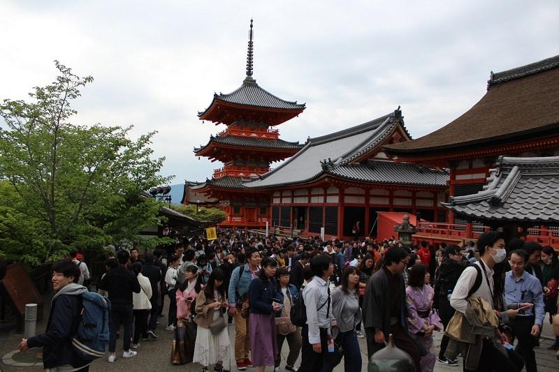 Menschenmassen am Kiyomizu-dera Tempel